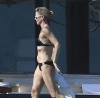 Charlize Theron sensual de biquíni