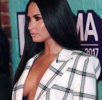 Demi Lovato sem soutien em festa