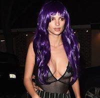 Emily Ratajkowski mascara-se de mulher semi-nua para o Halloween