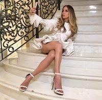 Jennifer Lopez com saia demasiado curta