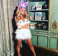 Paris Hilton foi uma coelha decotada (Halloween 2017)