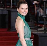 Daisy Ridley deslumbra com vestido azul
