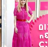 Dakota Fanning estilosa de cor-de-rosa