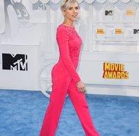 Scarlett Johansson sensual em roupa justa