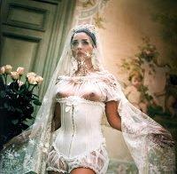 Monica Bellucci nua em várias fotos antigas