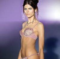 Recordando o corpo de Sónia Balacó em lingerie