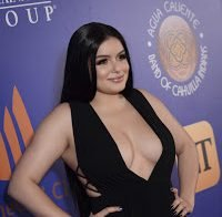 Ariel Winter abusa no decote e no ar plastificado