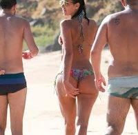 Bruna Marquezine e Izabel Goulart de biquini na praia