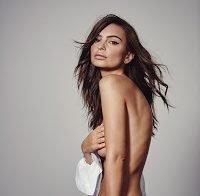 Mais um ensaio de Emily Ratajkowski em topless