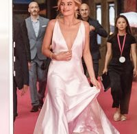 O grande decote de Margot Robbie