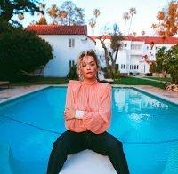 Blusa transparente expõe totalmente Rita Ora