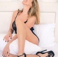 Cláudia Jacques de lingerie aos 53 anos