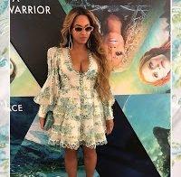 Beyonce com vestido decotado