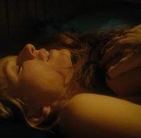 Naomi Watts e Sophie Cookson topless em cena lésbica (2017)