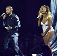 Rita Ora em palco com muito pouca roupa