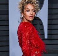 Vestido transparente de Rita Ora deixa adivinhar mamilos