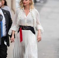 A elegância de Charlize Theron em vestido transparente