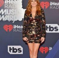 Isla Fisher em vestido curto bem decotado