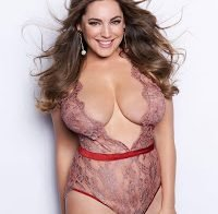 Kelly Brook com lingerie transparente (2018)