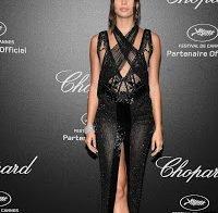 Sara Sampaio usa mais um vestido transparente