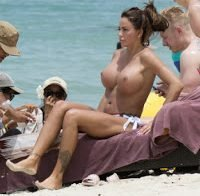 Katie Price topless na praia