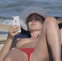 Bleona Qereti topless na praia
