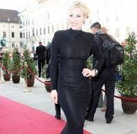 Natasha Bedingfield em vestido transparente