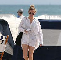 A bela cantora Ellie Goulding em biquini