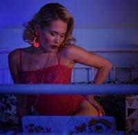 Kelli Berglund nua em cena de sexo em série de televisão