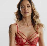 Jessica Alba exibe corpo vestida à dona de casa sensual