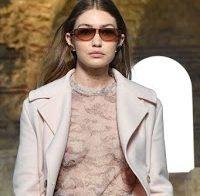 Gigi Hadid de roupa transparente, sem soutien