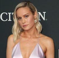 Brie Larson de decote, sem soutien na estreia de Avengers: Endgame