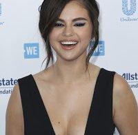 Selena Gomez de decote abusado, sem soutien em evento de caridade