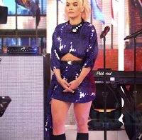 Rita Ora mostra as suas belas pernas