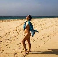 Melânia Gomes nua na praia