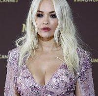 Rita Ora de decote abusado em Cannes
