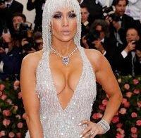Jennifer Lopez usa mega decote na Met Gala 2019