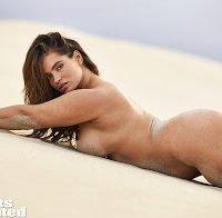 Tara Lynn nua no deserto para revista americana