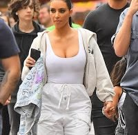 Kim Kardashian passeia sem soutien na Disneyland