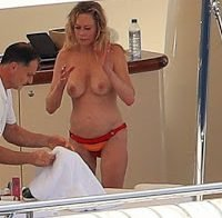 Melanie Griffith fotografada topless num iate