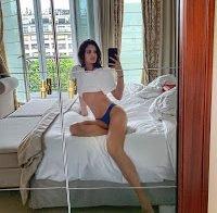 Sara Sampaio mostra-se de lingerie na cama