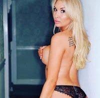 Brooke Lynette praticamente topless nas redes sociais