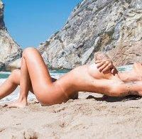 Andreia Machado nua na praia
