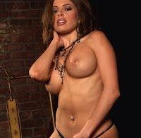 Erika Jordan topless em ensaio provocador