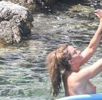 Katie Price topless em férias com a família
