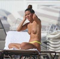Covi Riva topless na praia