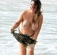 Lisa Appleton topless na praia