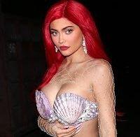 Kylie Jenner de decote abusado vestida de Ariel