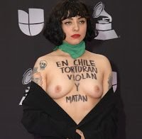Mon Laferte topless em protesto