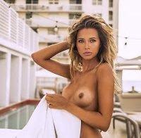 Sandra Kubicka nua e topless em vários ensaios